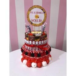Tarta de chuches, kinder y chocolates de dos pisos personalizada
